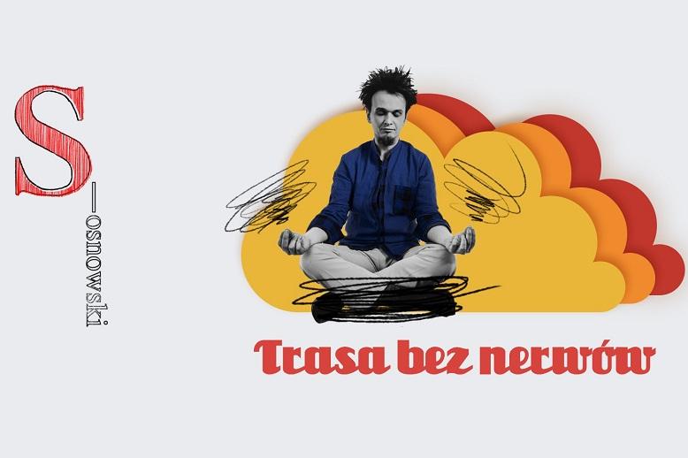 Młody mężczyzna siedzi w pozycji lotosu na tle narysowanych chmur.