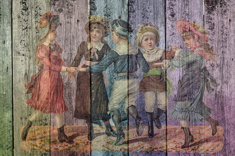 Malunek na desce pięciorga tańczących dzieci w strojach z epoki.