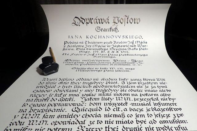 Kartka papieru zapisana pismem kaligraficznym.
