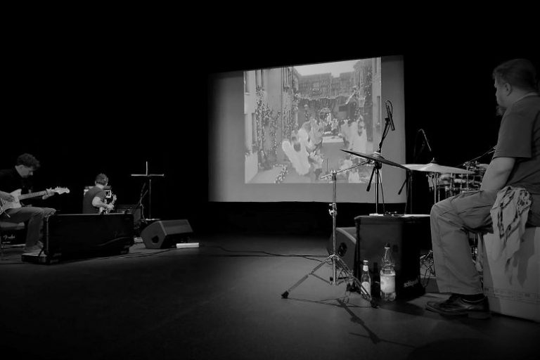 Muzycy grają na żywo do filmu w kinie.