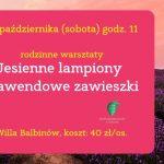 Różowa tablica z tekstem na tle lawendowego pola.