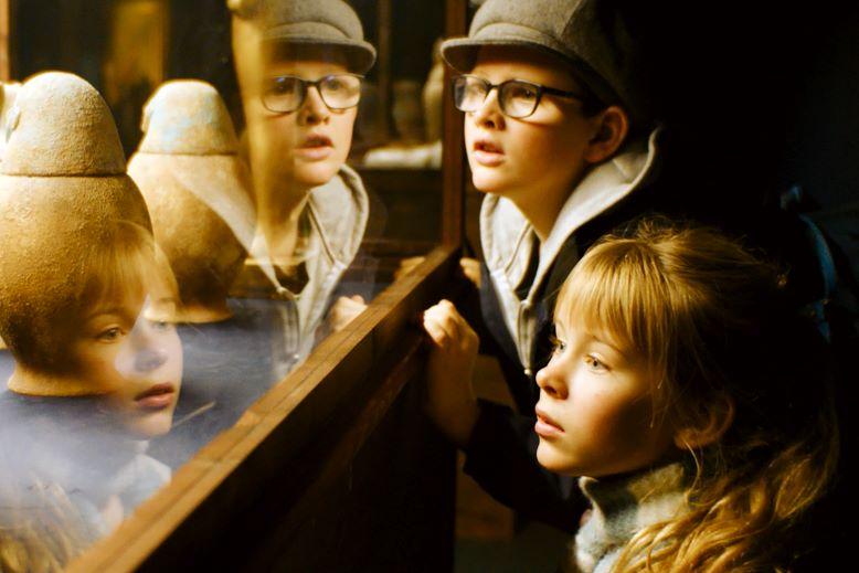 Dwojka dzieci obserwuje eksponaty w muzeum.
