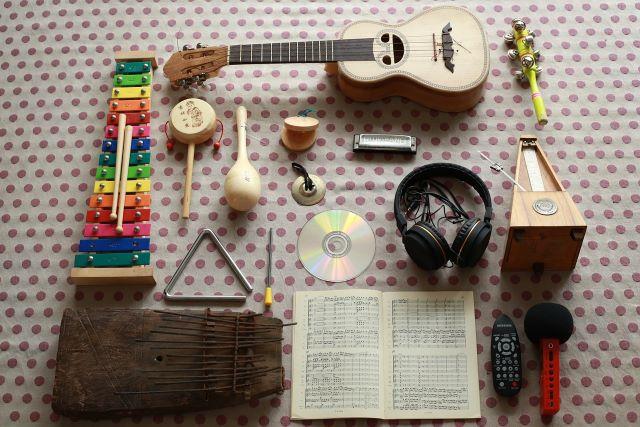 Instrumenty dla dzieci leżące na stole.
