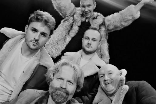 Pięciu mężczyzn w kożuchacg. Wnętrze. Ciemne tło.