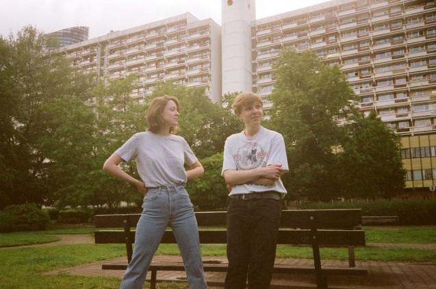 Dziewczyna i chłopak na tle bloków mieszkalnych