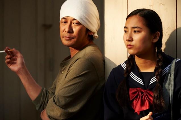 Mężczyzna i kobieta stoją oparci o ścianę.