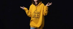 """Dziewczyna w żółtej bluzie z napisem """"kuźwa jak tu pięknie"""""""