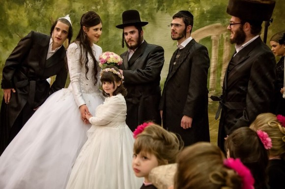 Odświtnie ubrani chasydzi w plenerze. Uroczystość weselna.