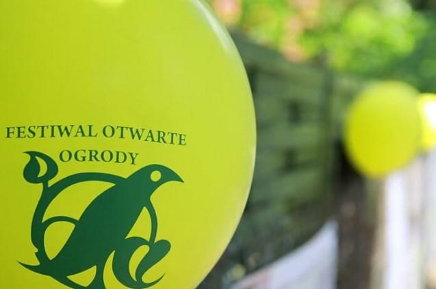 Żółty balon. W tle zieleń. Plener.